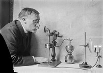 Roger-Viollet | 840500 | Early years of radiotelephony. Wireless phone working with acetylene, invented by Louis Ancel. The transmitter. France, in 1910. | © Jacques Boyer / Roger-Viollet
