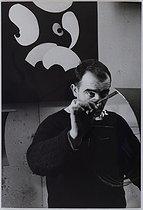 Roger-Viollet | 841197 | Jean Tinguely (1925-1991), Swiss sculptor, in his studio, February 1959. Photograph by Jean Marquis (1926-2019). Bibliothèque historique de la Ville de Paris. | © Jean Marquis / BHVP / Roger-Viollet