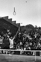 Roger-Viollet | 842255 | Roland-Garros. François Jauffret after his victory against Ilie Nastase. Paris, 26 mai 1975. | © Jean-Pierre Couderc / Roger-Viollet