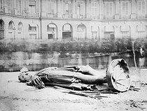 Roger-Viollet | 842765 | French Commune, 1871. Place Vendôme. The statue of Napoleon Ist Bonaparte damaged by the Communards. | © Roger-Viollet / Roger-Viollet