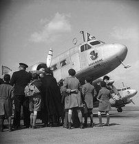 Roger-Viollet | 843047 | Landing of passengers of the  Gascogne , plane of the Air France company. Le Bourget (Seine-Saint-Denis), on April 5, 1939. | © Pierre Jahan / Roger-Viollet