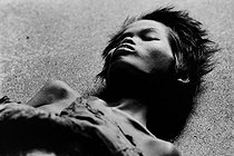 Roger-Viollet | 843892 | Patient confined in a mental hospital. Saigon (Vietnam), 1975. | © Françoise Demulder / Roger-Viollet