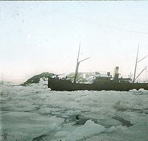 Roger-Viollet | 843950 | Andree expedition to the North Pole. Spitsbergen, arrival of the  Virgo  in Virgo-Bay. Detail of a colorized stereoscopic view. | © Léon & Lévy / Roger-Viollet