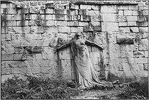Roger-Viollet | 844449 | Sculpture by Paul Moreau Vauthier on the Communards's Wall, in the park next to the Père-Lachaise cemetery. Paris (XXth arrondissement), 1976. Photograph by Léon Claude Vénézia (1941-2013). | © Léon Claude Vénézia / Roger-Viollet