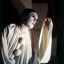 Roger-Viollet | 845169 | Robert Hirsch (1925-2017), French actor, wearing the costume of Pierrot in his dressing room at the time of a performance of  Debureau  by Sacha Guitry. $$$Paris, Théâtre Edouard VII, December 1980. | © Kathleen Blumenfeld / Roger-Viollet