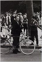Roger-Viollet | 847039 | Events of May-June 1968. Gaullist demonstration at the Champs-Elysées. Paris (XVIth arrondissement), May 1968. Photograph by Jean Marquis (1926-2019). Bibliothèque historique de la Ville de Paris. | © Jean Marquis / BHVP / Roger-Viollet