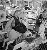 Roger-Viollet | 847099 | Fairground attraction. France, about 1935. | © Gaston Paris / Roger-Viollet