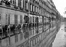 Roger-Viollet | 848811 | Floods of Paris in 1910. A footbridge, rue Fabert (VIIth arrondissment). | © Jacques Boyer / Roger-Viollet