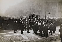 Roger-Viollet | 848819 | Corpse of Jean Jaurès (1859-1914), French politician, transferred to the Pantheon. Arrival of the coffin. Paris (Vth arrondissement), on November 23, 1924. | © Albert Harlingue / Roger-Viollet