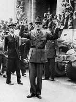 Roger-Viollet | 849299 | World War II. General de Gaulle (1890-1970). Paris, Arc de triomphe, on August 26, 1944. | © Roger-Viollet / Roger-Viollet