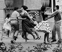 Roger-Viollet | 850323 | Country dance at the Cité Internationale Universitaire. Paris (XIVth arrondissement), 1962. Photograph by Janine Niepce (1921-2007). | © Janine Niepce / Roger-Viollet