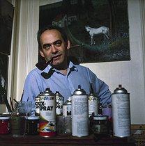 Roger-Viollet | 851275 | Roland Topor (1938-1997), French poster artist, 1982. | © Kathleen Blumenfeld / Roger-Viollet