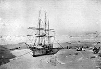 Roger-Viollet | 851439 | The  Pourquoi Pas?  In Antarctica. Charcot expedition. | © Albert Harlingue / Roger-Viollet