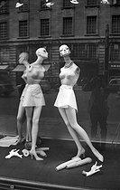 Roger-Viollet | 852272 | Display mannequins in a shop window at Picadilly. London (United Kingdom). | © Jack Nisberg / Roger-Viollet