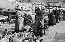 Roger-Viollet | 853985 | Market. Romorantin-Lanthenay (Loir-et-Cher), circa 1900. | © CAP / Roger-Viollet