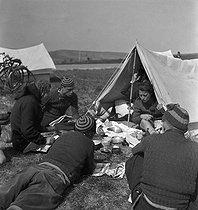 Roger-Viollet | 854894 | Camping and Culture. Draveil (France) | © Marcel Cerf / BHVP / Roger-Viollet