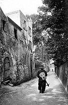 Roger-Viollet | 855777 | Montmartre. Chansonnier in the rue Saint-Vincent. Paris (XVIIIth arrondissement), circa 1910. | © Neurdein / Roger-Viollet