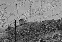 Roger-Viollet | 856526 | Algerian War of Independence. The French Army's fort in M'Zaourat, Mascara Area. Mined barbed wire fence, erected by the troop to protect the post. Algeria, Summer 1961. | © Jean-Pierre Laffont / Roger-Viollet