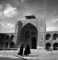 Roger-Viollet | 857276 | Iwan and courtyard of the Shah Mosque (built between 1612 and 1637). Isfahan (Iran), 1958. Photograph by Hélène Roger-Viollet (1901-1985) and Jean Fischer (1904-1985). | © Hélène Roger-Viollet & Jean Fischer / Roger-Viollet
