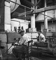 Roger-Viollet   859951   Fabrication de cannes à pêche. Amboise (Indre-et-Loire), établissements Pezon et Michel, vers 1945.   © Tony Burnand / Roger-Viollet