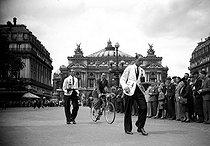 Roger-Viollet | 862607 | Waiters race. Paris, place de l'Opera, July 1941. | © LAPI / Roger-Viollet