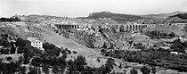 Roger-Viollet | 862763 | Constantine (Algérie). Vue générale de la route de Sétif avec le Bardo et le pont Sidi-Rached. | © Neurdein / Roger-Viollet