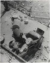 Roger-Viollet | 864208 | Libération de Paris. La 5ème colonne du Crillon. 1944. | © Pierre Jahan / Roger-Viollet