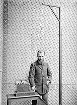 Roger-Viollet | 865634 | Appareil Ancel pour TSF. Transmetteur et antenne (mise en marche d'un moteur à distance). 1911. | © Jacques Boyer / Roger-Viollet