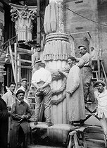 Roger-Viollet | 869504 | Construction of the cenotaph (temporary monument) in honor of  those who died for the homeland , erected for the Victory celebration (of July 14, 1919) at Place de l'Etoile in Paris. July 1919. | © Albert Harlingue / Roger-Viollet