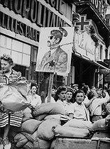Roger-Viollet | 870788 | World War II. Liberation of Paris. Satirical cartoon of Adolf Hitler (1889-1945), German statesman), on a barricade. Paris, on August 25, 1944. | © LAPI / Roger-Viollet