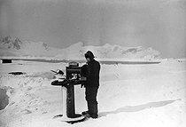 Roger-Viollet | 870902 | Expédition polaire du docteur Jean-Baptiste Charcot (1867-1936). Rouch mesurant l'électricité atmosphérique pendant l'hivernage. | © Jacques Boyer / Roger-Viollet