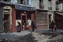 Roger-Viollet | 874433 | World War II. Ménilmontant. Paris, 1944. Photograph by André Zucca (1897-1973). Bibliothèque historique de la Ville de Paris. | © André Zucca / BHVP / Roger-Viollet