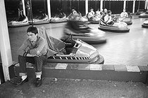 Roger-Viollet | 875310 | Luna Park, bumper cars. Brighton (England), on August 5, 1980. | © Jean-Pierre Couderc / Roger-Viollet
