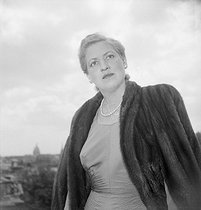 Roger-Viollet | 875321 | Jacqueline Cochran (1907-1980), American airwoman. Paris, 1949. | © Studio Lipnitzki / Roger-Viollet