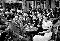 Roger-Viollet | 875825 | Terrace of a restaurant. Paris, July 1936, 14. | © Roger-Viollet / Roger-Viollet