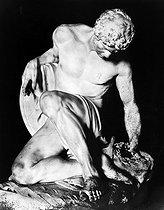 Roger-Viollet | 875956 | Gladiateur mourant par Julien ? Louvre. | © Léopold Mercier / Roger-Viollet