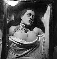 Roger-Viollet | 876343 | PARIS - WOMAN WITH SLITES THROAT | © Gaston Paris / Roger-Viollet