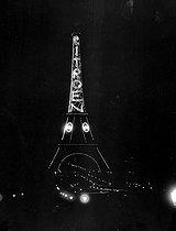 Roger-Viollet | 877891 | Exposition of decorative arts. The illuminated Eiffel Tower. Citroën advertisement. Paris, 1925. | © Jacques Boyer / Roger-Viollet