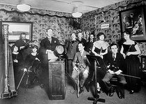 Roger-Viollet | 880023 | Room of broadcast(emission,issue) of the studio of morning radio, 79 boulevard Haussmann, in Paris. Up: the announcer Radiolo. On 1922. BOY-14302BIS | © Jacques Boyer / Roger-Viollet