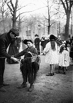 Roger-Viollet | 883277 | Lace seller. Paris, 1907. | © Jacques Boyer / Roger-Viollet