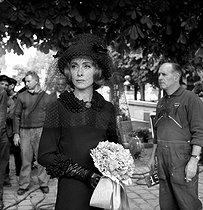 Roger-Viollet | 886413 | Du grabuge chez les veuves | © Alain Adler / Roger-Viollet