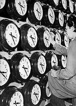 Roger-Viollet | 886980 | Final checking and regulation of the clocks, during the manufacture, after a  pendule-mire . England, 1946. | © Jacques Boyer / Roger-Viollet