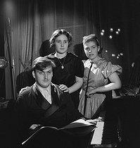 Roger-Viollet | 887615 | Yehudi Menuhin, Hephzibah Menuhin and Yaltah Menuhin | © Boris Lipnitzki / Roger-Viollet