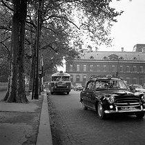 Roger-Viollet   888184   Peugeot 403 in use as taxi and bus of line 72, Quai du Louvre. Paris (Ist arrondissement), 1962.   © Roger-Viollet / Roger-Viollet
