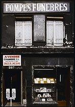 Roger-Viollet | 888496 | Front of a funeral home, 207 rue du Faubourg Saint-Antoine. Paris (XIth arrondissement), 1982. Photograph by Felipe Ferré (born in 1934). Paris, musée Carnavalet. | © Felipe Ferré / Musée Carnavalet / Roger-Viollet
