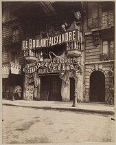 Roger-Viollet   888855   Le cabaret Alexandre. 100, boulevard de Clichy. Paris (XVIIIème arr.). Photographie d'Eugène Atget (1857-1927). Tirage sur papier albuminé monté sur carton, 1911. Bibliothèque historique de la Ville de Paris.   © BHVP / Roger-Viollet