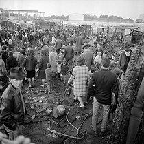 Roger-Viollet | 895155 | Bidonville des Francs-Moisins, aujourd'hui Le Franc-Moisin, quartier de la ville de Saint-Denis, en partie ravagé par un incendie. Saint-Denis (Seine-Saint-Denis), avril 1967. | © Georges Azenstarck / Roger-Viollet