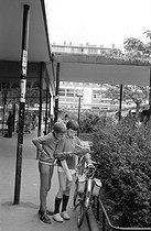Roger-Viollet | 895646 | Street scene. Sarcelles (Val-d'Oise), 1970's. Photograph by Janine Niepce (1921-2007). | © Janine Niepce / Roger-Viollet