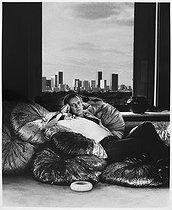 Roger-Viollet | 896159 | Loris Azzaro (1933-2003), Italian fashion designer and perfumer, at his place. Paris, 1975. | © Bruno de Monès / Roger-Viollet
