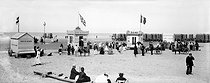 Roger-Viollet | 897645 | Beach and bathing huts. Malo-les-Bains (France), circa 1900. | © Neurdein / Roger-Viollet